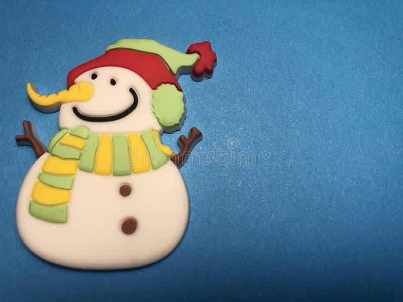 Área de mensaje vacío con la figura del muñeco de nieve como papel de nota en fondo oscuro y azul claro imágenes de archivo libres de regalías