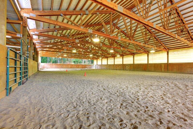Área de montada da grande arena do cavalo com interior da areia. foto de stock