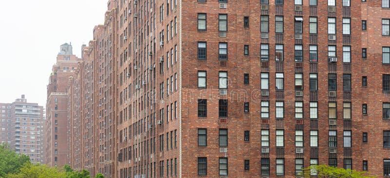 Área de Nueva York, Manhattan Chelsea Rascacielos de la fachada de la pared de ladrillo contra fondo del cielo nublado fotografía de archivo