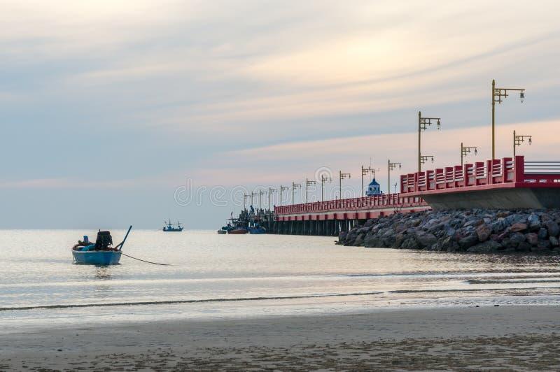 Área de porto Ao Prachuap, província de Prachuap Khiri Khan em Tailândia do sul foto de stock