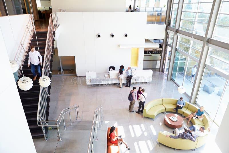 Área de recepção do prédio de escritórios moderno com povos fotografia de stock