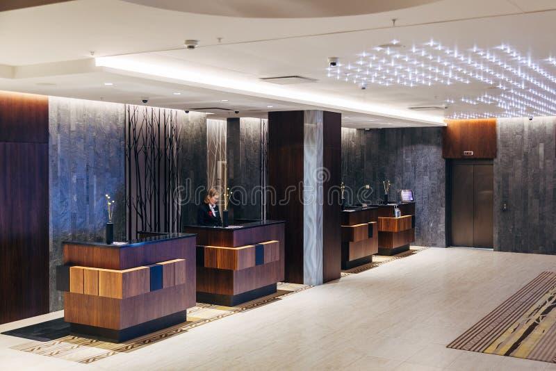 Área de recepção moderna do hotel foto de stock