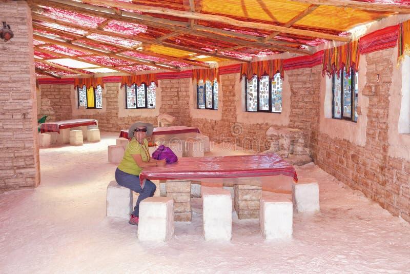 Área de recreação de um hotel nos planos de sal de Uyuni, Bolívia de sal velho foto de stock