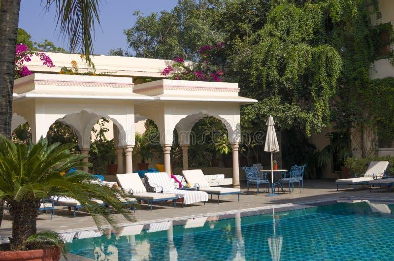 Área de recreação em um jardim tropical com a associação imagem de stock royalty free