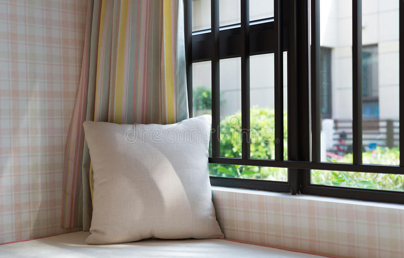 Área de repouso de um assento de janela acolhedor com o coxim na manhã fotos de stock