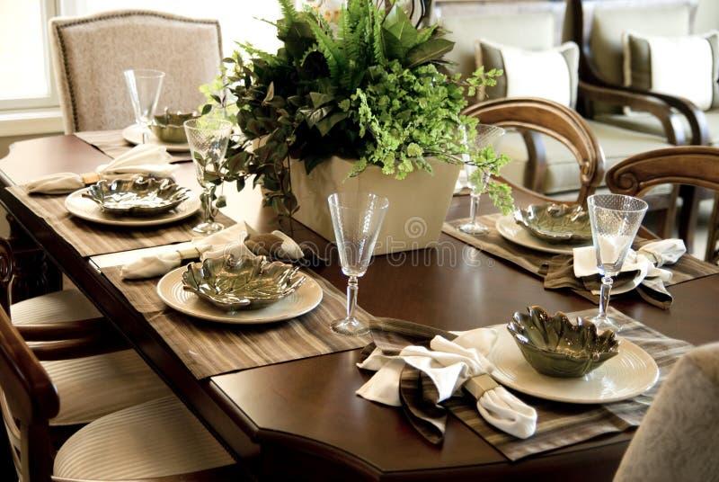 Área de tabela elegante do jantar imagem de stock