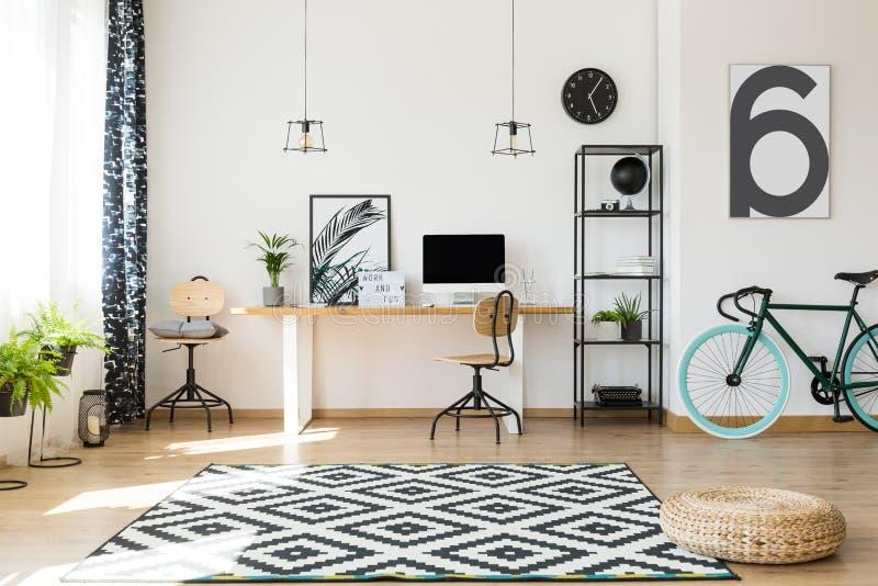 Área de trabajo eficiente con la bici imagenes de archivo