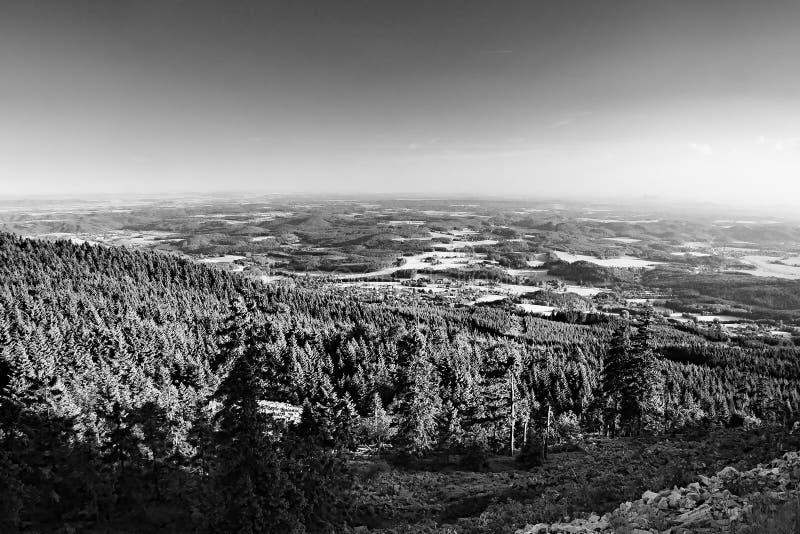 A área de turista do kraj de Machuv com o monte de Bezdez no horizont quando vista do monte brincou perto da cidade de Liberec no fotografia de stock