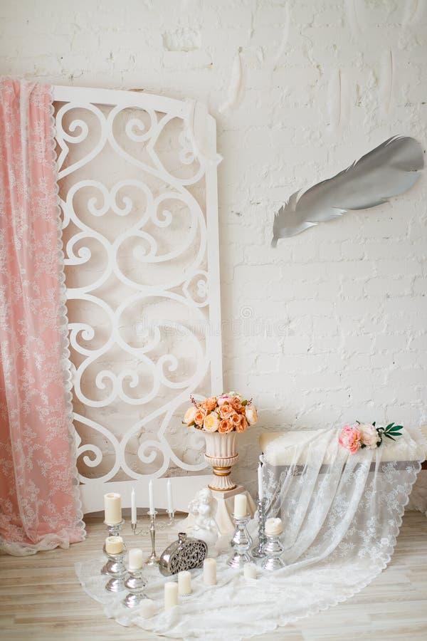 Área decorada com velas, laço e flores imagens de stock