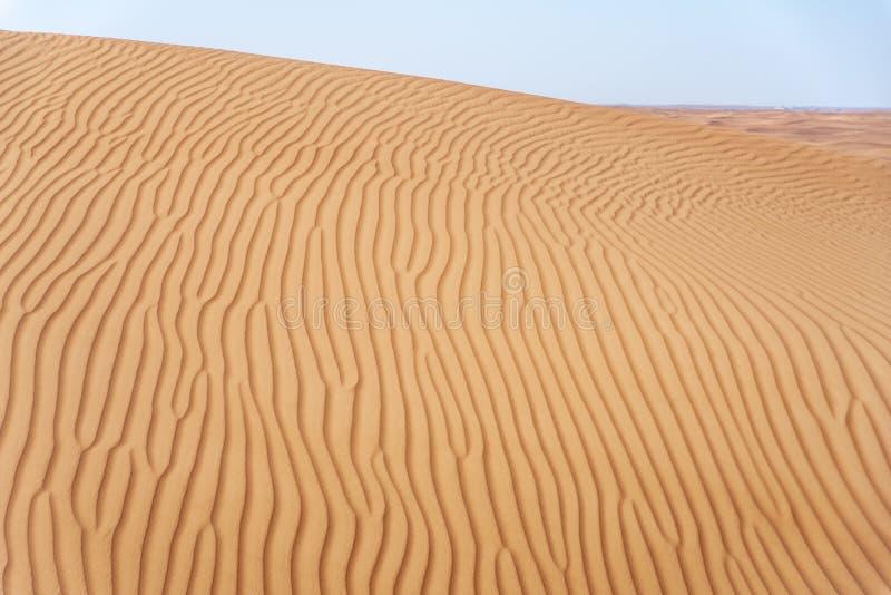 Área del desierto de Sharja, uno de los lugares visitados para Off-roading por de roaders, rojo grande para picar la roca foto de archivo libre de regalías
