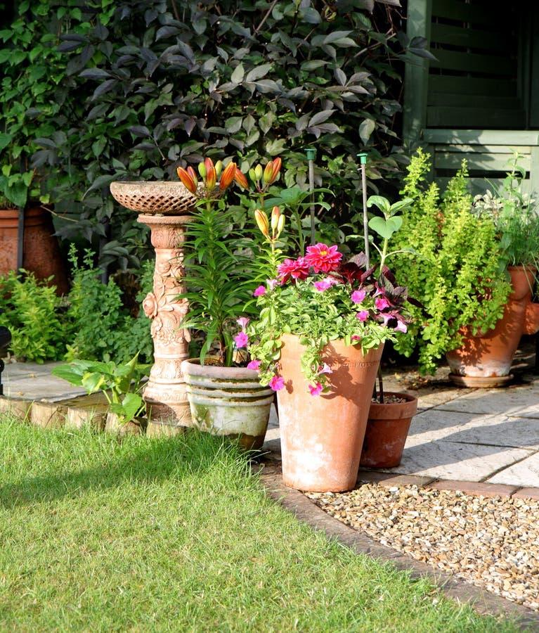 Área del jardín del patio con el Birdbath imagenes de archivo