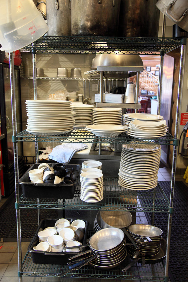 Área del lavaplatos de la cocina del restaurante fotos de archivo