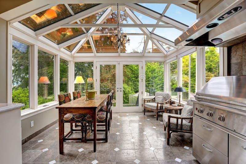 Área del patio del Sunroom con el techo saltado transparente fotos de archivo libres de regalías