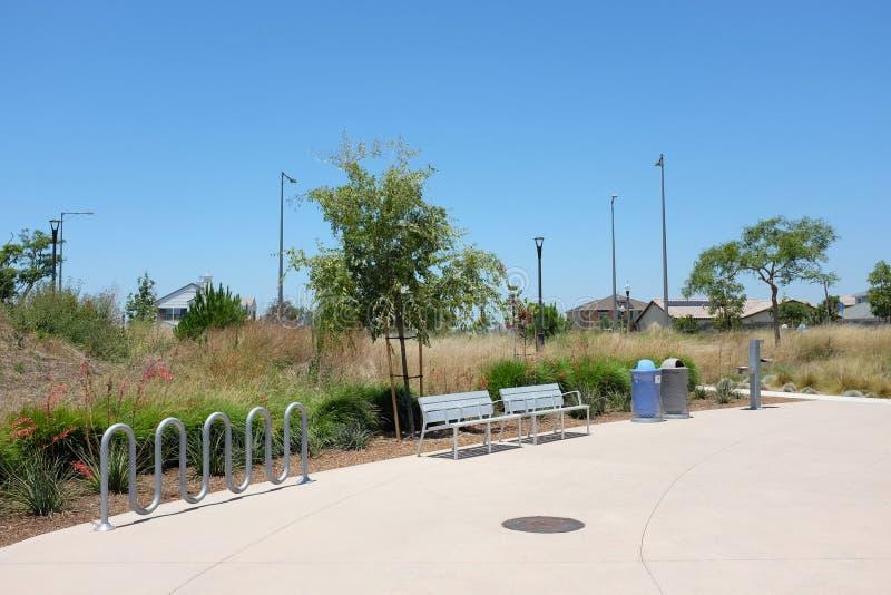 Área del plazo y estante de bicicleta en el área de espacio abierto de Bosque del gran parque fotos de archivo