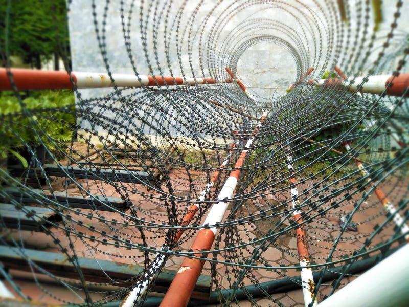 Área del servicio militar, cierre encima de la cerca de alambre de la lengüeta y seguridad de área restricta libre illustration