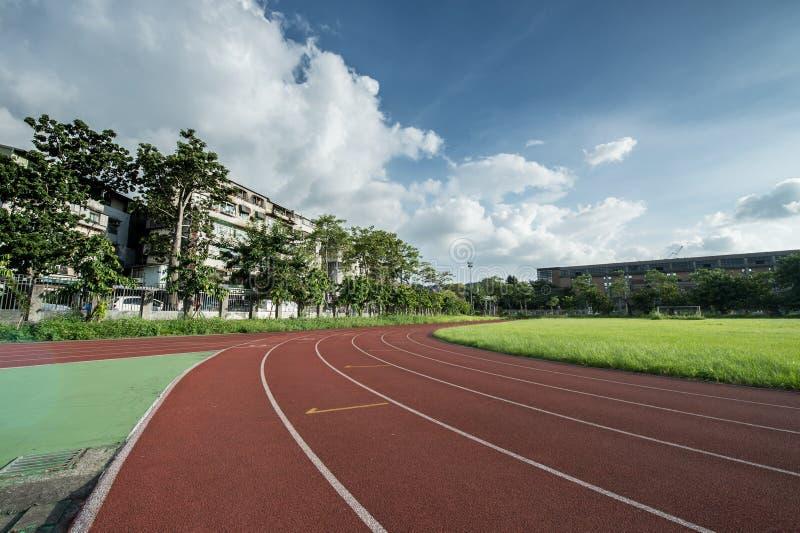 Área do atletismo do estádio vazia em um dia ensolarado imagens de stock