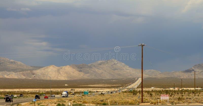 Área do deserto com linha elétrica e estrada fotografia de stock