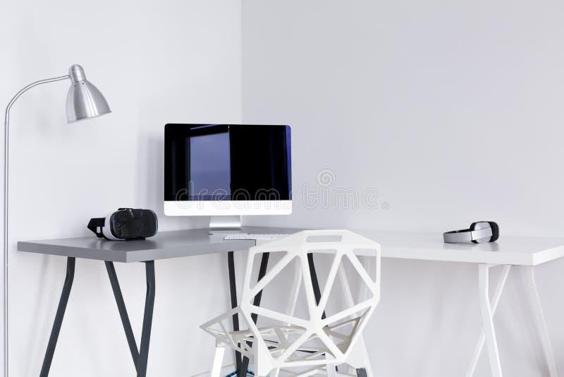 Área do escritório domiciliário de Minimalistic no branco foto de stock royalty free
