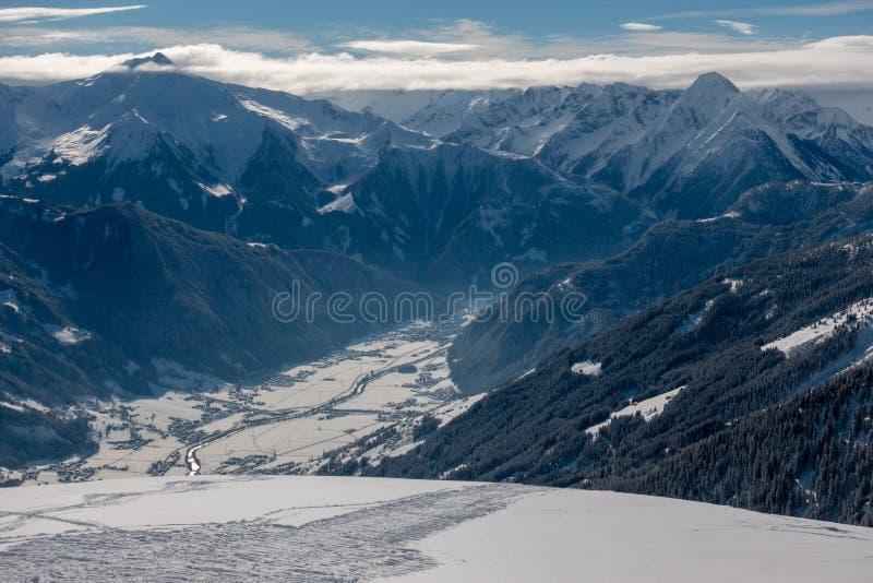 Área do esqui com céus azuis e inclinações brancas imagens de stock