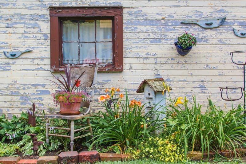 Área do jardim pela construção velha imagem de stock royalty free