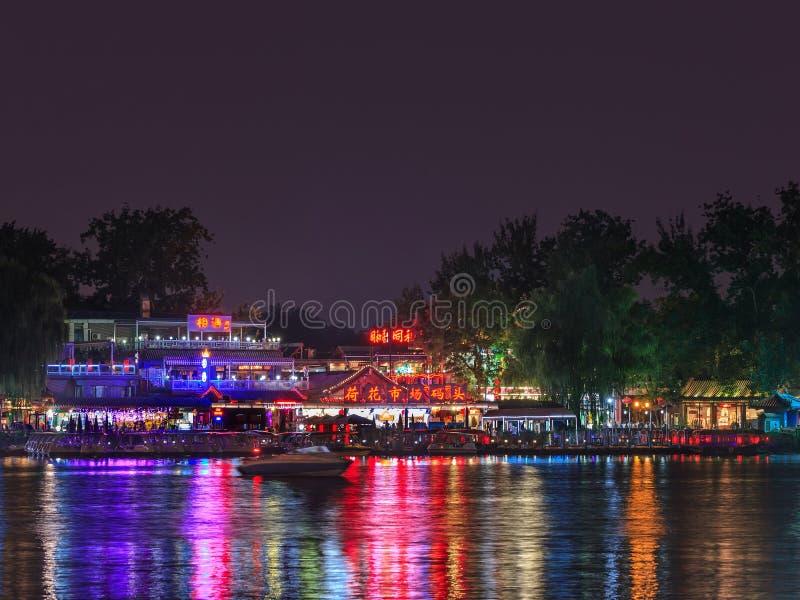 Área do lago Houhai na noite, Pequim, China imagens de stock