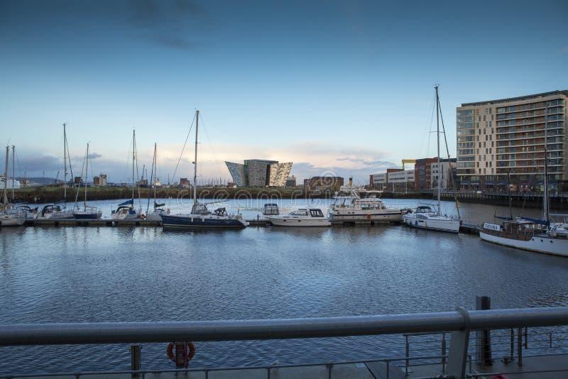 Área do rio Lagan, de doca, e museu titânico Belfast no por do sol imagem de stock royalty free