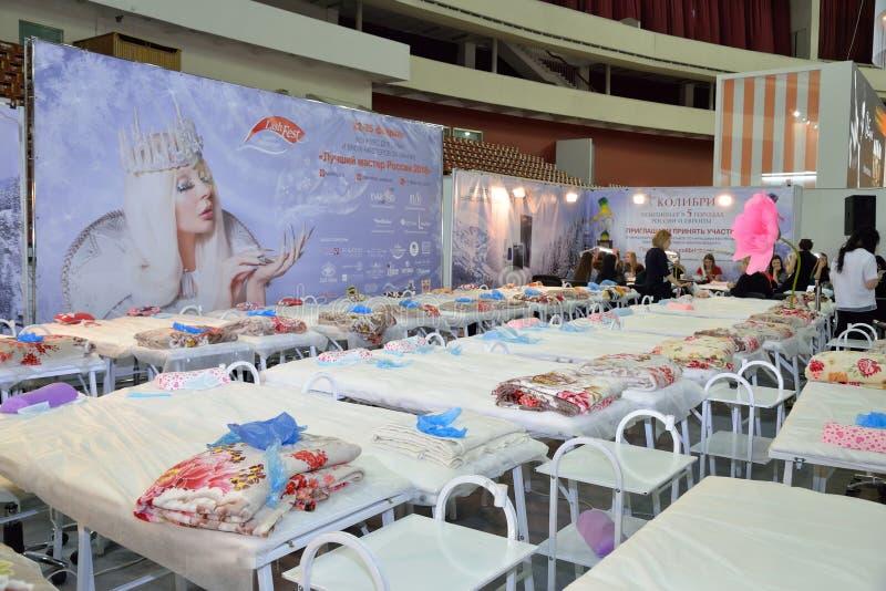 Área dos sunbeds para executar procedimentos cosméticos do chicote e do B foto de stock royalty free