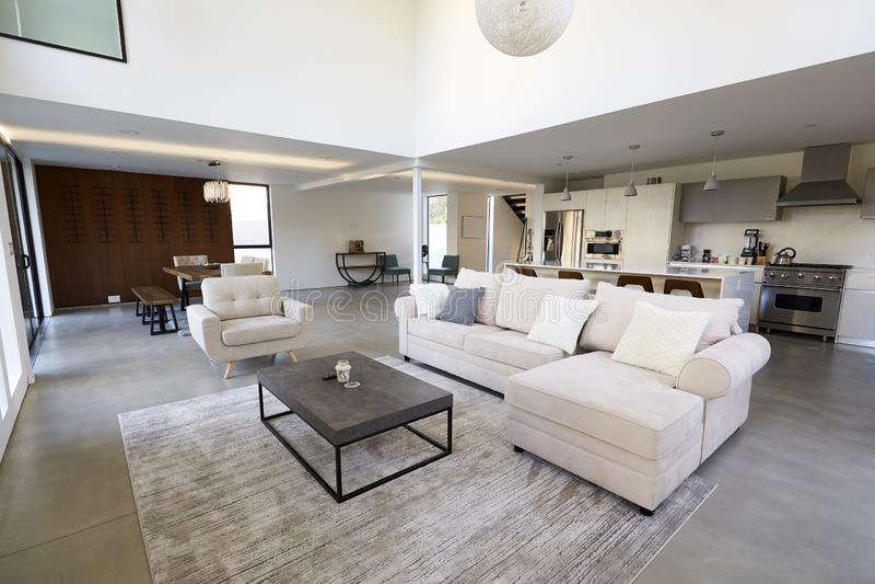 Área e cozinha de assento na casa vazia à moda e contemporânea foto de stock