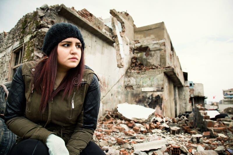 Área e jovem mulher da desconstrução do naufrágio imagens de stock