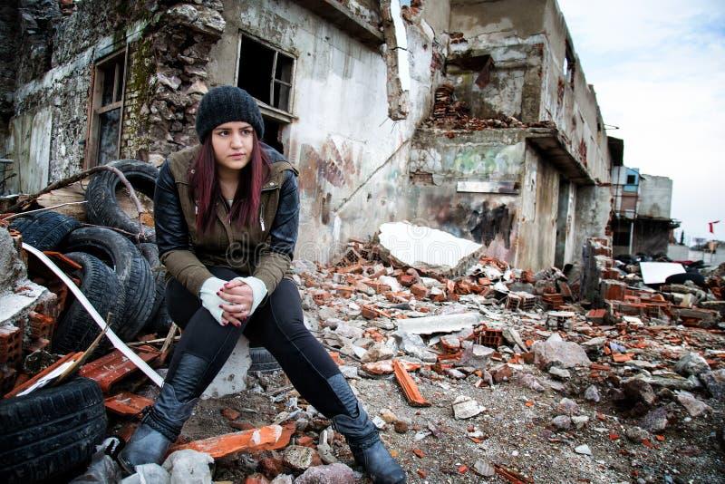 Área e jovem mulher da desconstrução do naufrágio fotos de stock royalty free