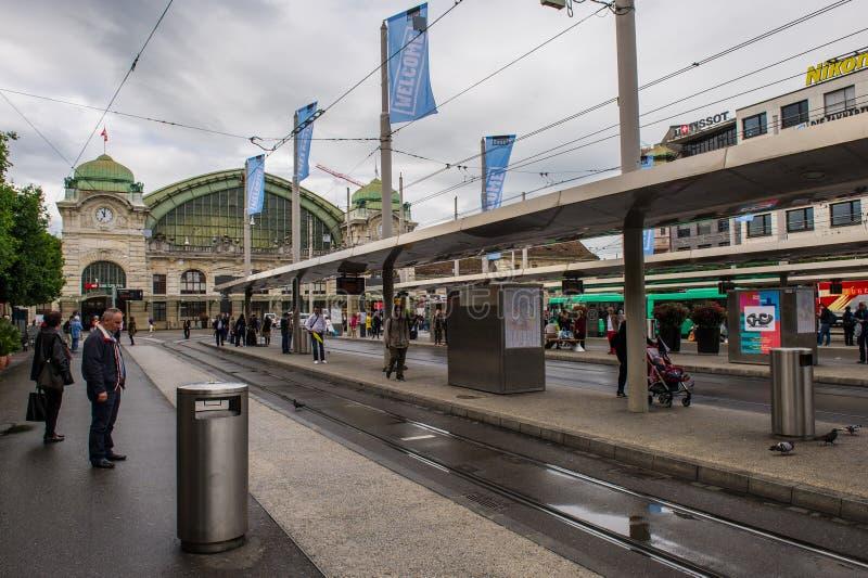 A área e um bonde param perto da estação de trem da cidade de Bas imagem de stock