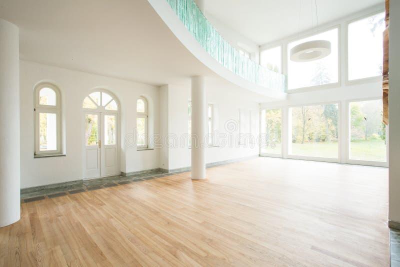 Área espaciosa en casa moderna fotografía de archivo