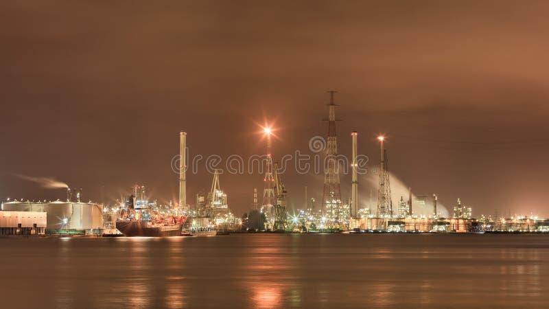 área extensa del puerto con la instalación de producción petroquímica iluminada, Por de Amberes, Bélgica imágenes de archivo libres de regalías