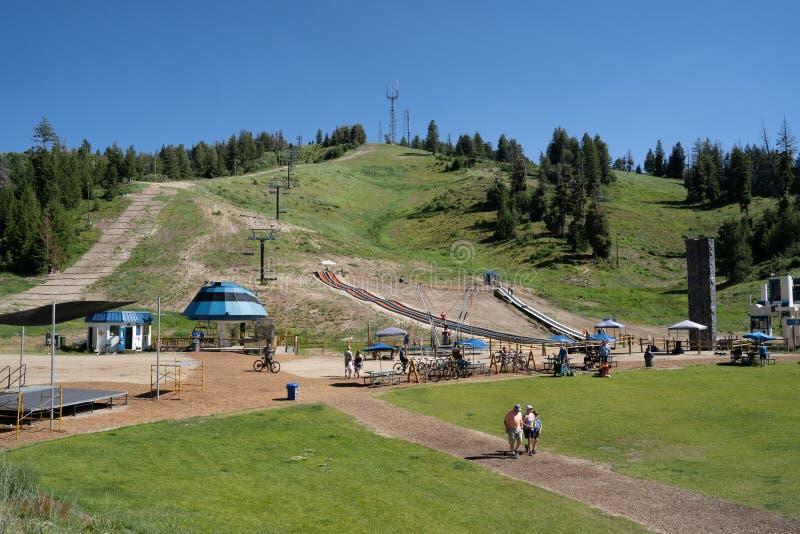 A área falsa do esqui da bacia no verão, muitas atividades favoráveis à família ocorre incluindo um alpino foto de stock royalty free
