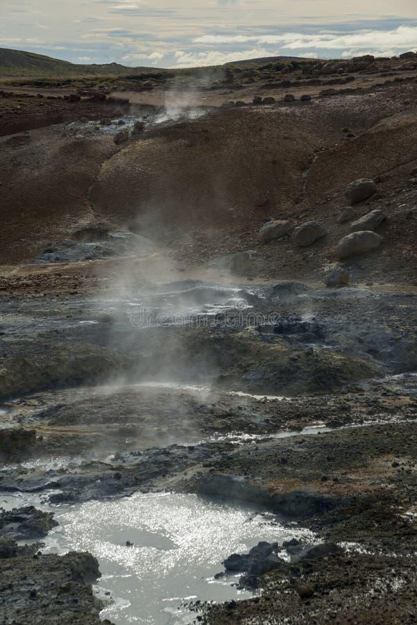 Área geotérmica con el volcán del fango imagen de archivo