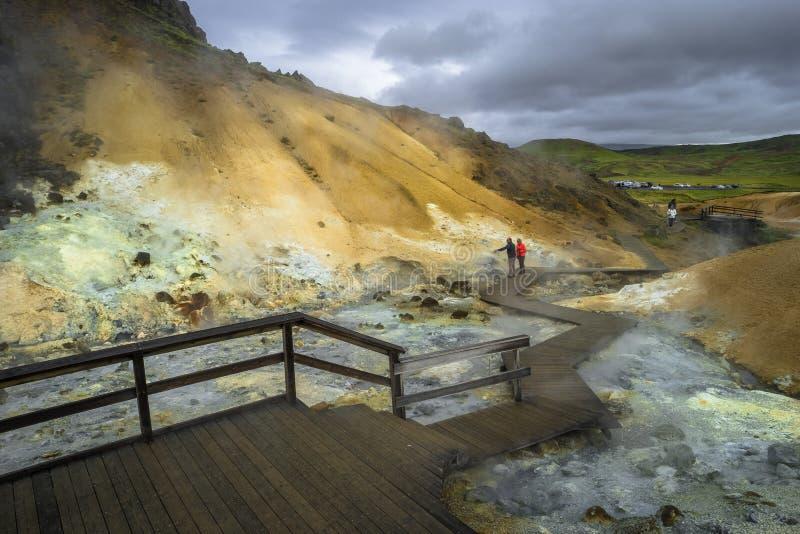 Área geotérmica con las aguas termales en Islandia, verano imagenes de archivo