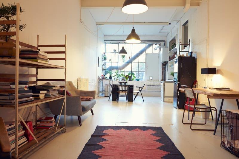 Área habitável de plano aberto na conversão moderna do apartamento imagem de stock