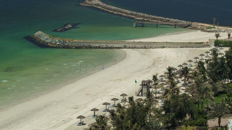 Área hermosa de la playa en el timelapse de Ajman cerca de las aguas de la turquesa del golfo árabe fotografía de archivo
