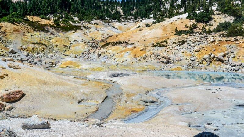 Área hidrotérmica del infierno de Bumpass vista de paseo marítimo fotos de archivo libres de regalías