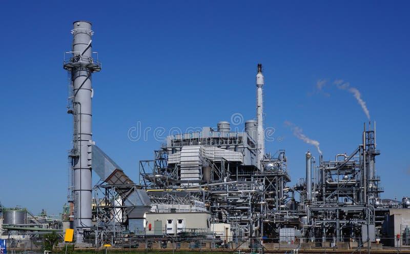 Área industrial com uma fábrica, os encanamentos e as chaminés fotos de stock royalty free