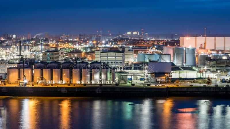 Área industrial de Hamburgo na noite com reflexões na água fotos de stock