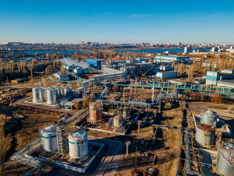 Área industrial de la fábrica química Silueta del hombre de negocios Cowering Cubas grandes conectadas por la tubería fotografía de archivo libre de regalías