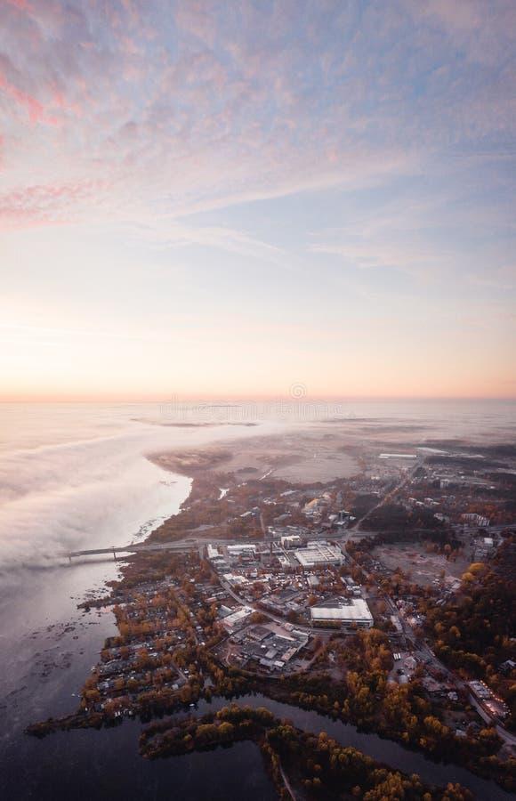 Área industrial de Riga, Letónia perto do rio do Daugava Manhã adiantada do outono foto de stock