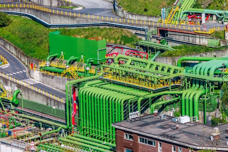 Área industrial del almacenamiento de aceites minerales con los tubos coloridos imagen de archivo
