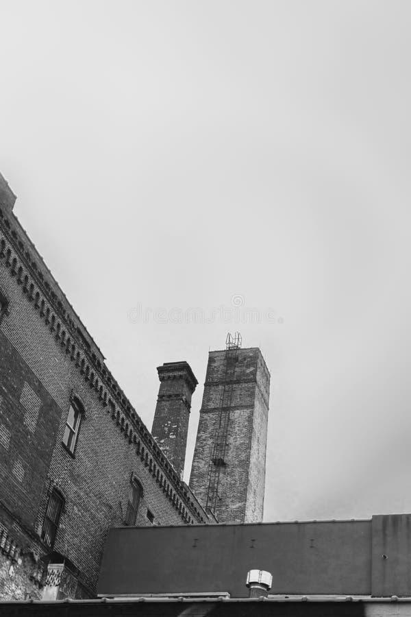 Área industrial na vizinhança do Williamsburg de New York City, em Brooklyn, preto e branco imagem de stock royalty free