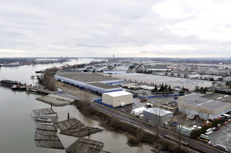 Área industrial por el río foto de archivo