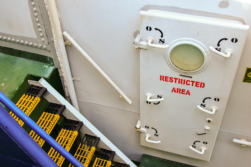 Área interditado do navio que behing a porta foto de stock