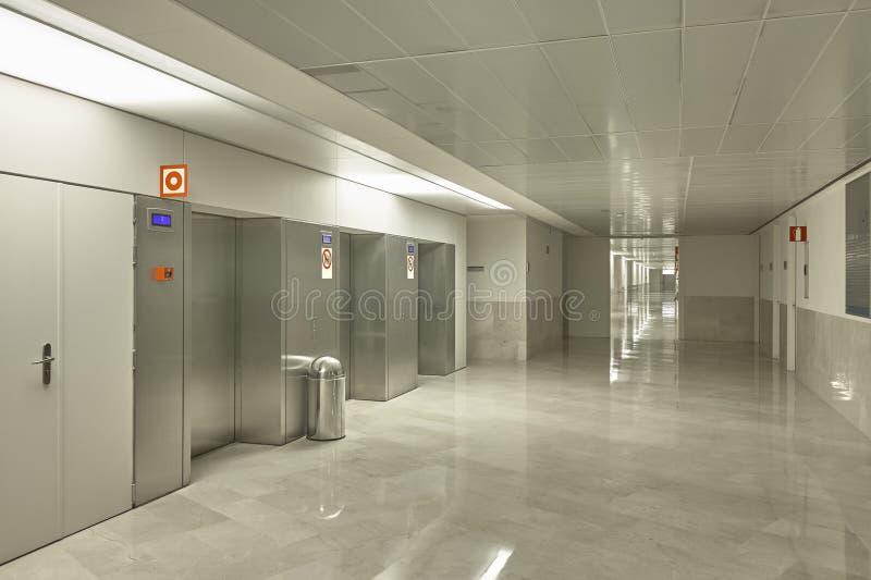 Área interior constructiva moderna de los elevadores con el piso de mármol Configuración imágenes de archivo libres de regalías