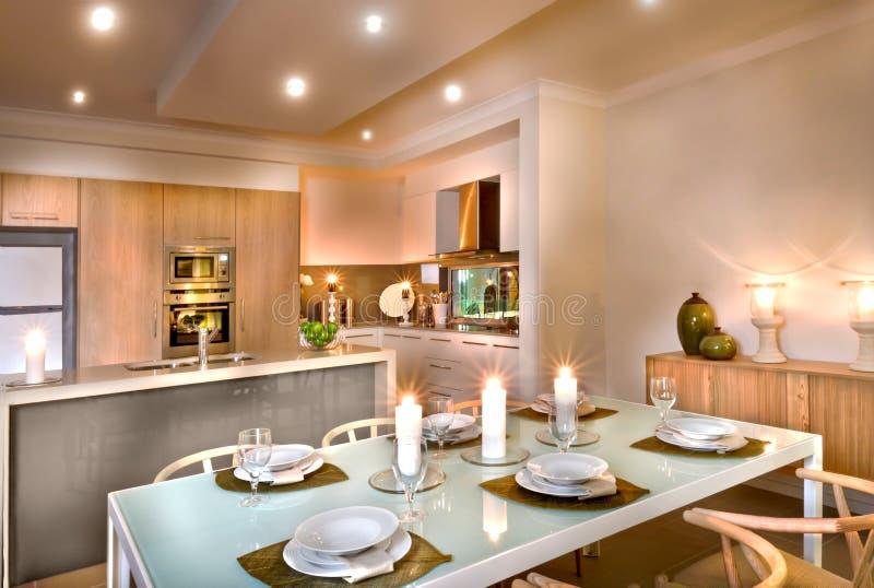 Área luxuosa da sala de jantar e da cozinha decorada com cand de piscamento imagem de stock royalty free