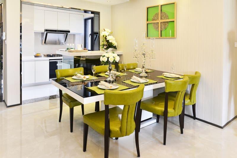 Área moderna da cozinha e de jantar imagem de stock